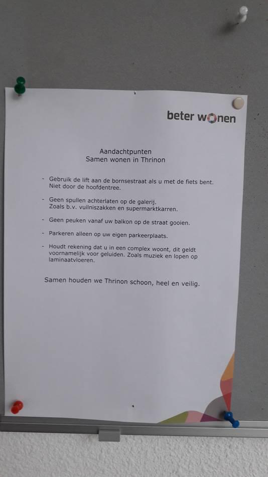 """Briefje op het mededelingenbord in appartementencomplex Thrinon in Hengelo, waar twee moordverdachten wonen. """"Samen houden we Thrinon schoon, heel en veilig."""""""