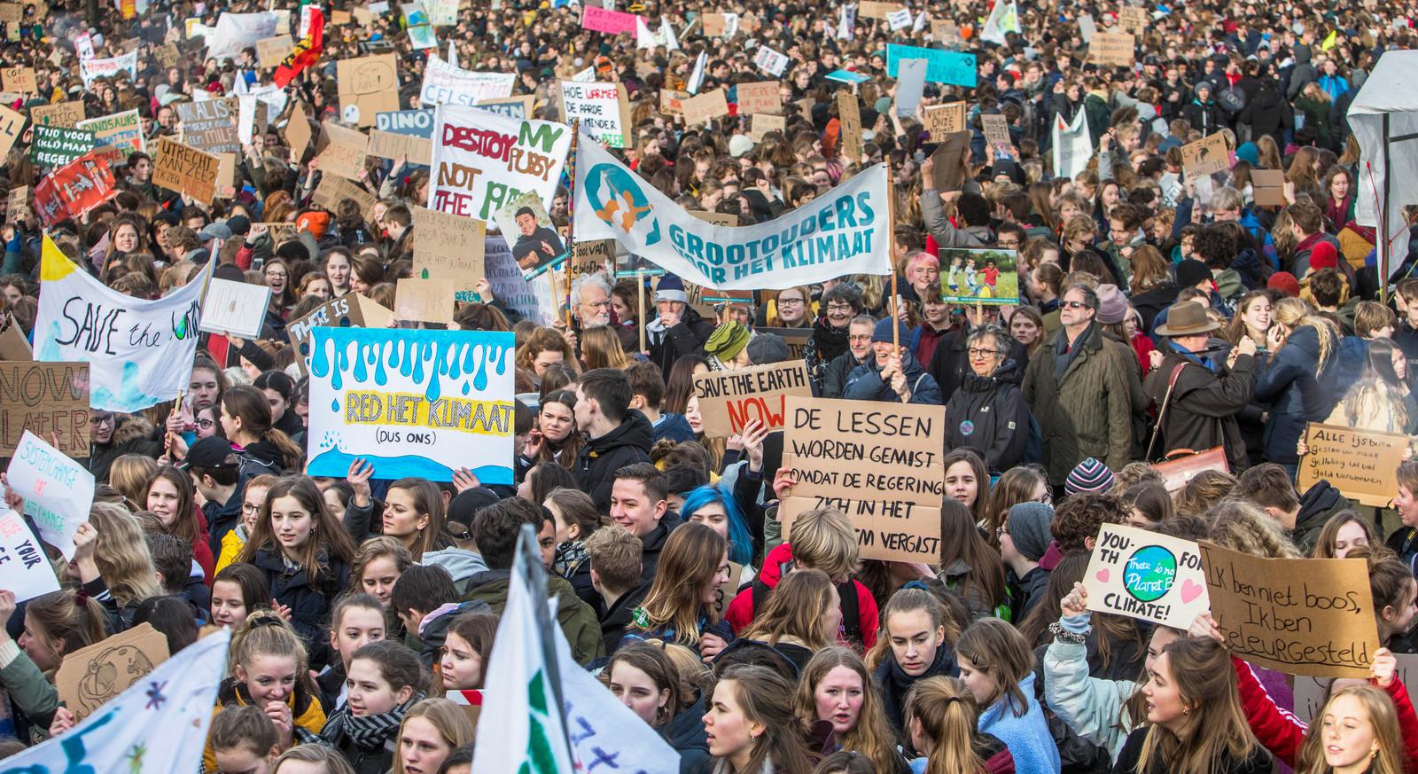 Duizenden leerlingen uit heel het land verzamelden zich gisteren in Den Haag om te demonstreren voor een strenger klimaatbeleid