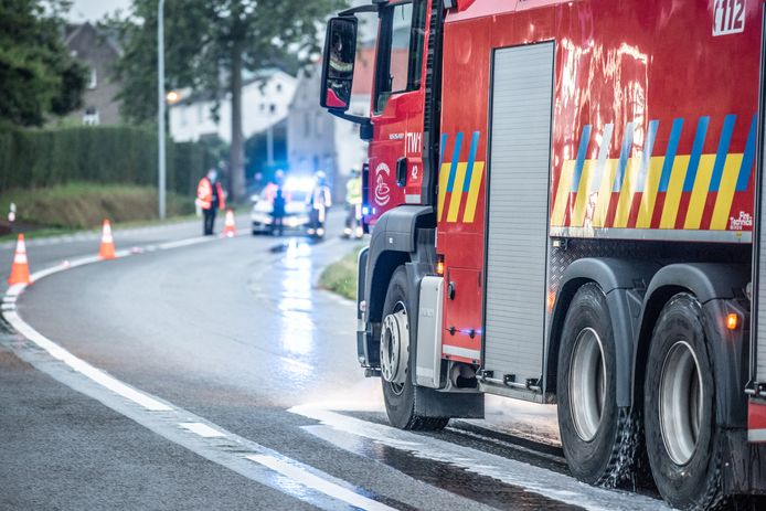 De brandweer ruimde ter hoogte van het ongeval een oliespoor op.