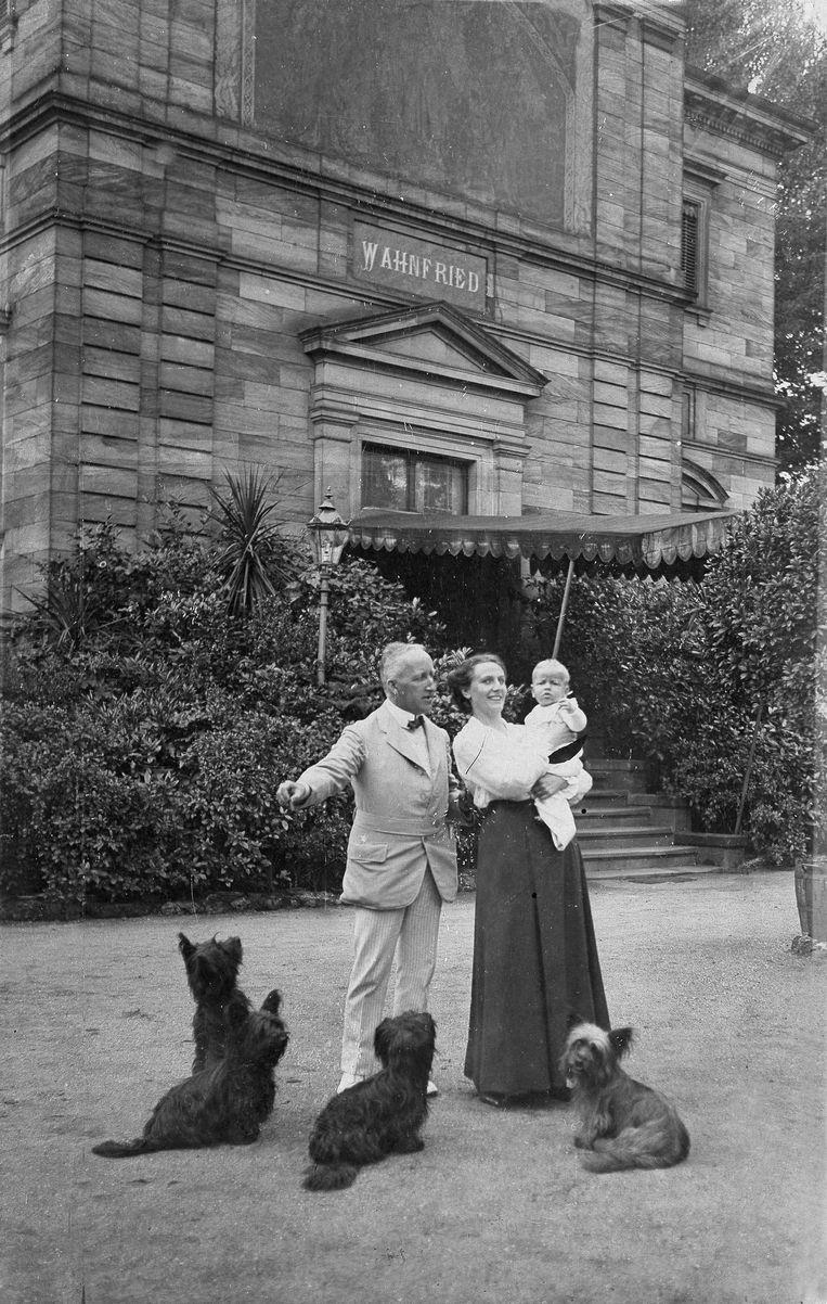 Siegfried en Winifred Wagner met hun honden en baby in de tuin van villa Wahnfried. Beeld Getty Images