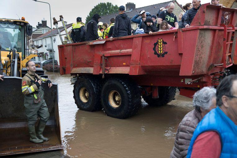 Brandweer en het leger helpen met de evacuatie van mensen uit hun woningen en verpleeghuizen in Valkenburg  door de wateroverlast in Zuid-Limburg.  Beeld Arie Kievit