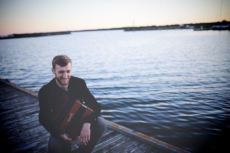 Hartwin Dhoore (29) maakt folkmuziek op een eiland in Estland. Beeld rv