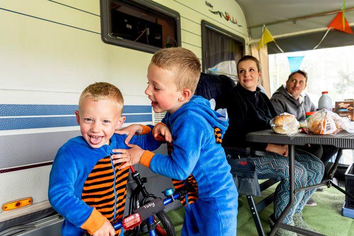Het gezinnetje Loots vermaakt zich prima op de camping in hun nieuwe caravan. Snertweer? Dat deert de broertjes Toby en Milan (rechts) niets.