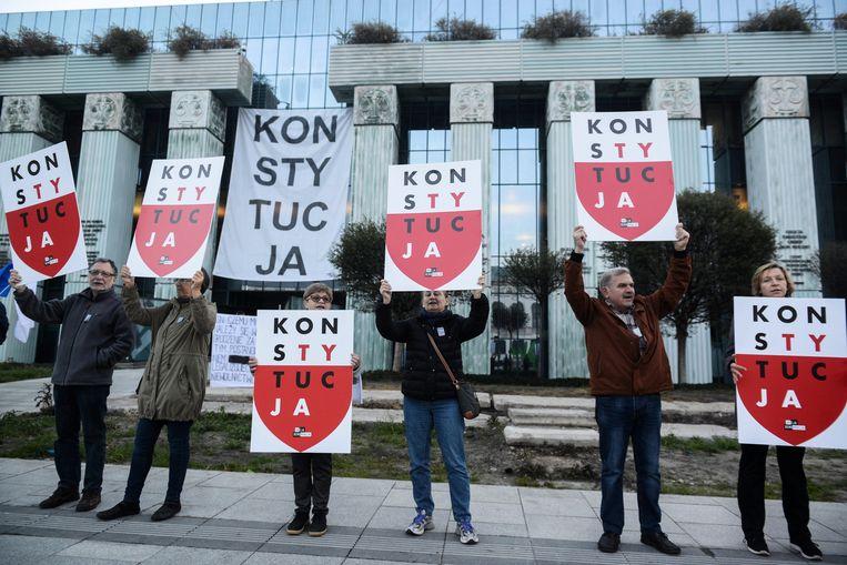Demonstranten bij het Hooggerechtshof in Warschau. Beeld Hollandse Hoogte / EPA