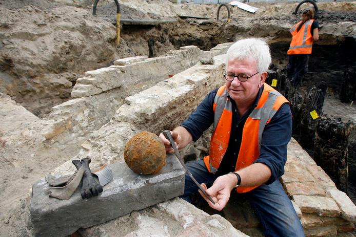 Nico Arts in 2007 bij opgravingen op het 18 Septemberplein, waar restanten van de Woenselse  stadspoort werden gevonden.
