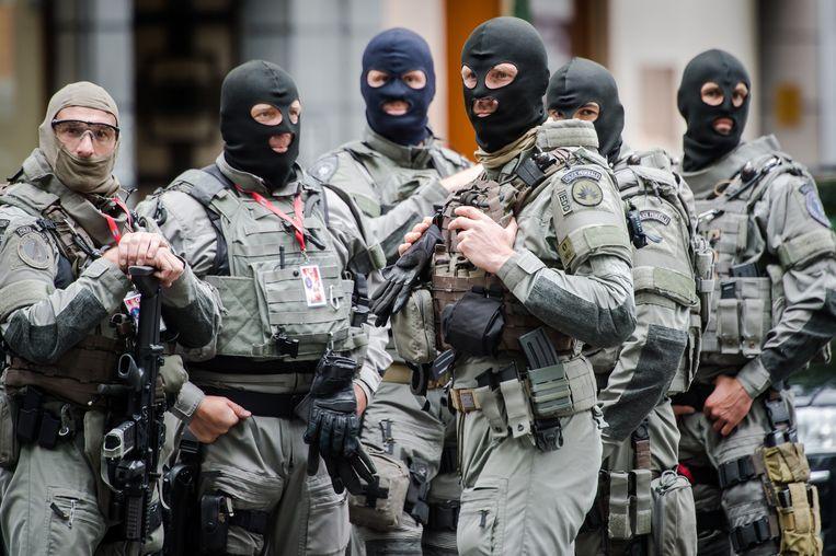 Speciale eenheden van de politie patrouilleren rond het hotel van Obama. Beeld AP