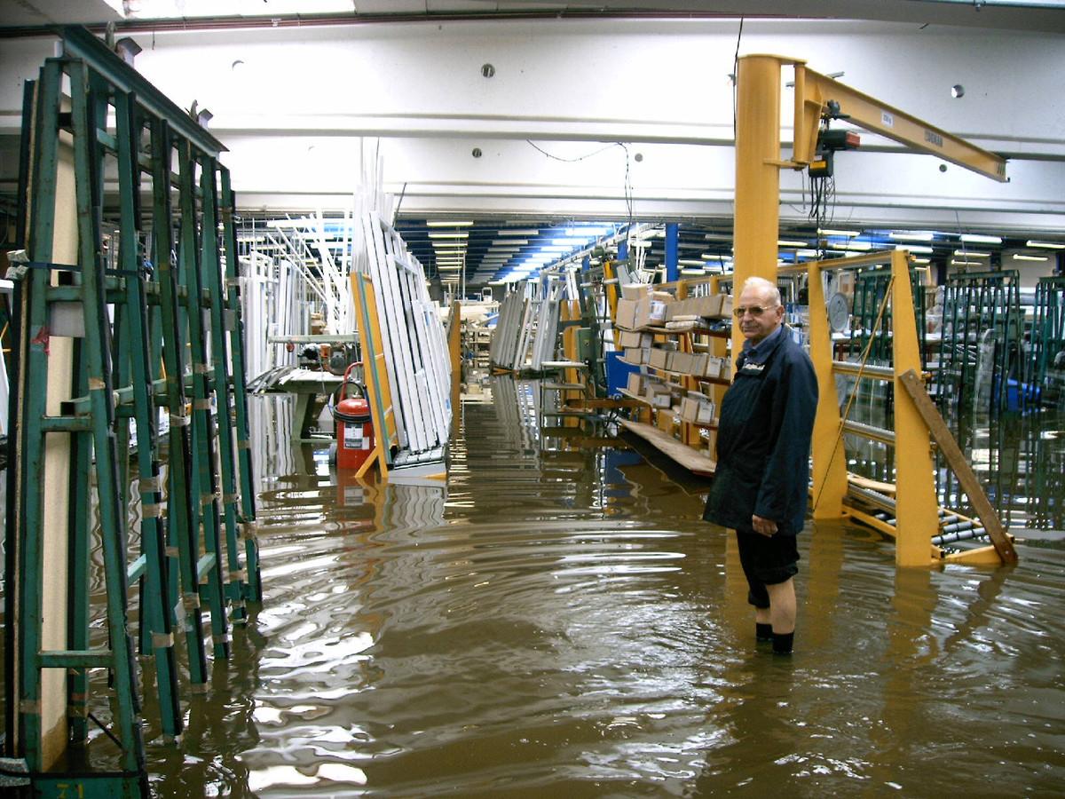 Ook het aluminiumbedrijf in het dorp van Kleit liep in augustus 2006 helemaal onder water.