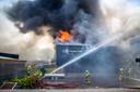 Bij de brand in een accuopslag van Stella Fietsen in Nunspeet was het alle hens aan dek voor de brandweer.