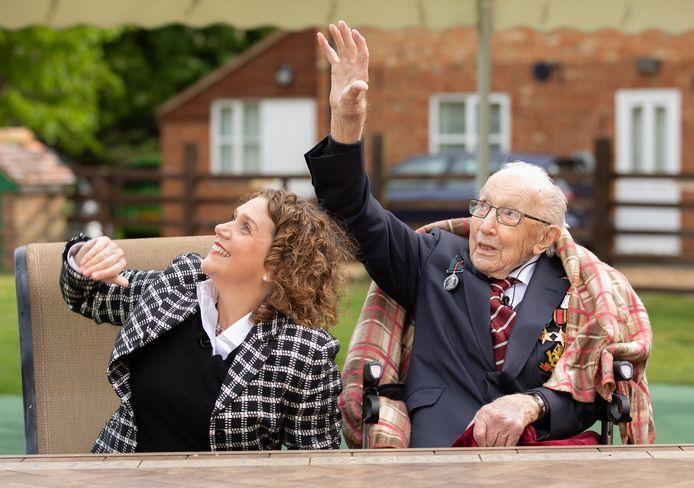 Moore tijdens zijn honderdste verjaardag toen er vliegtuigen van de Britse luchtmacht als eerbetoon over zijn huis vlogen.