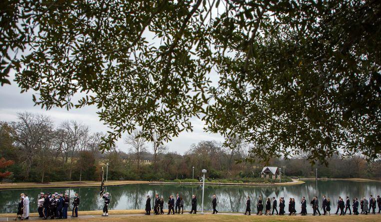 De begrafenisstoet is te voet op weg naar de laatste rustplaats van oud-president Bush.