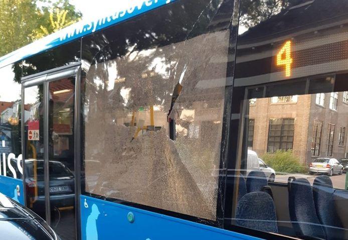 Een steen door de ruit van een bus. Deze foto betreft niet het incident in Emmeloord.