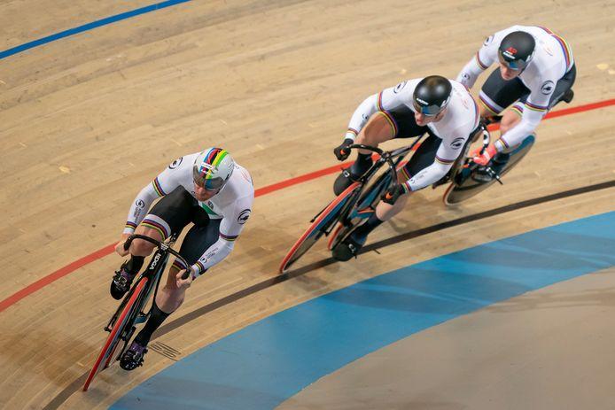 Roy van den Berg als starter (links) van de Nederlandse teamsprint.