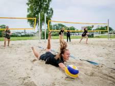 Volleyballen in de zaal? Deze meiden van Twente'05 uit Enschede spelen beachvolleybal, zelfs in de sneeuw