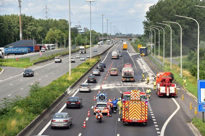 Het ongeval gebeurde net voor het parkeerterrein in Kruishoutem, in de richting van Antwerpen.