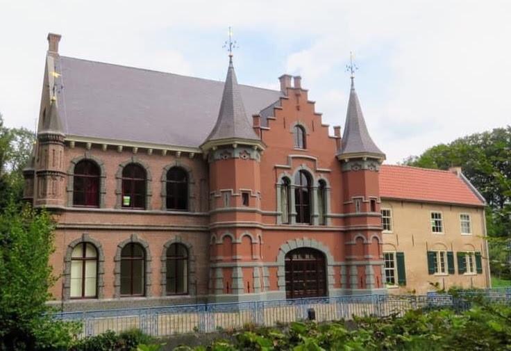 De restauratie van kasteel d'Oultremont op Landgoed Steenenburg in Drunen is vrijwel afgerond. Ook de roze kleur is verdwenen.