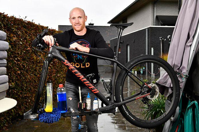 Klaas Vantornout geeft avondlessen in fietsherstelling.