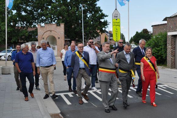 De Sint-Martensommegangstraat werd ingewandeld door het gemeentebestuur en bewoners.