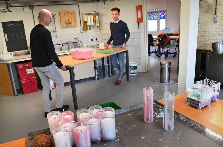 Een kaarsenmakerij in Rotterdam wordt leeggeruimd om ruimte te maken voor vaccinaties. Beeld Marcel van den Bergh / de Volkskrant