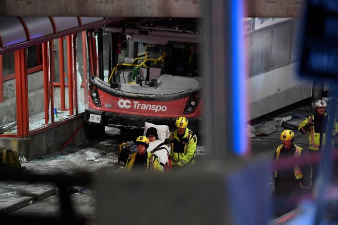 Hulpverleners dragen een gewonde weg.