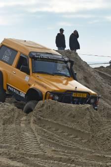 Waarom rijden al die terreinwagens over het strand Rockanje?