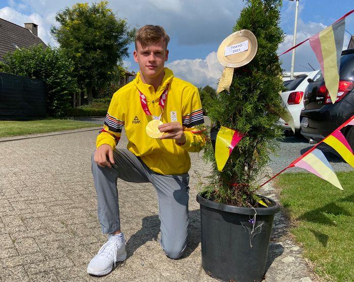 Laurens reed bij zijn thuiskomst letterlijk door een erehaag van versierde boompjes