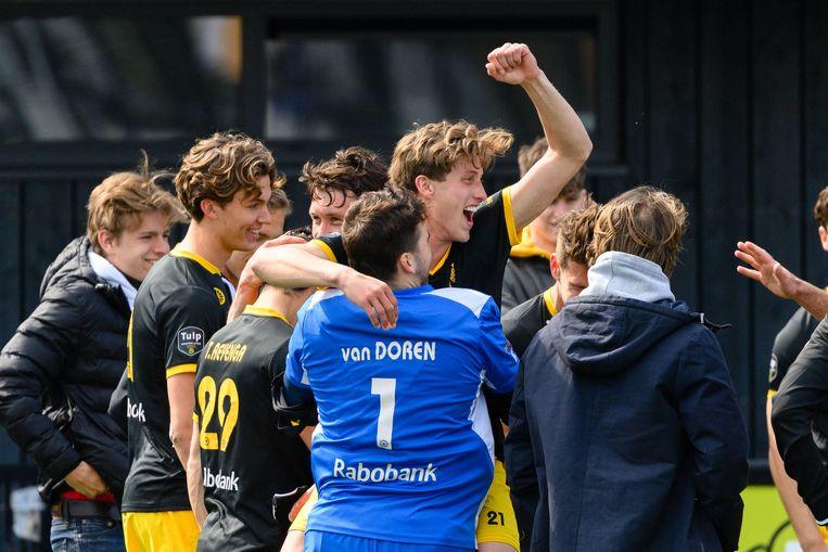 Den Bosch-keeper Loic van Doren viert met zijn medespelers de plaatsing voor de play-offs. Beeld Bart Scheulderman