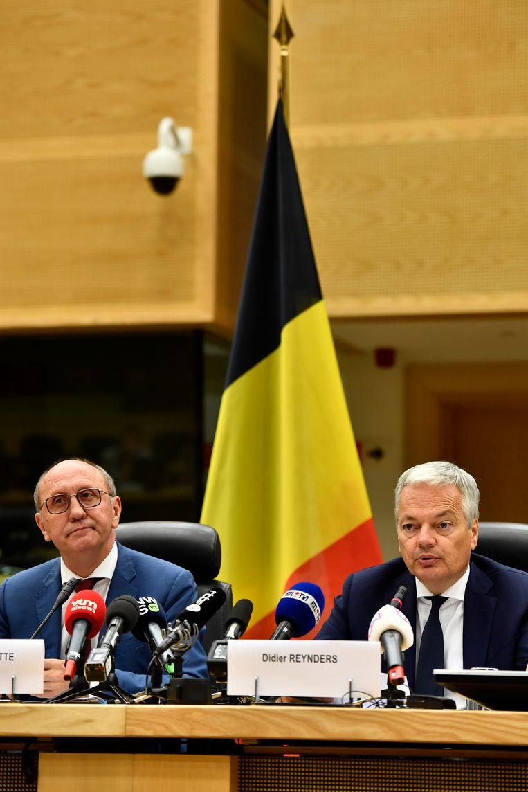 Informateurs Vande Lanotte en Reynders tijdens hun persconferentie gisteren. Beeld BELGA