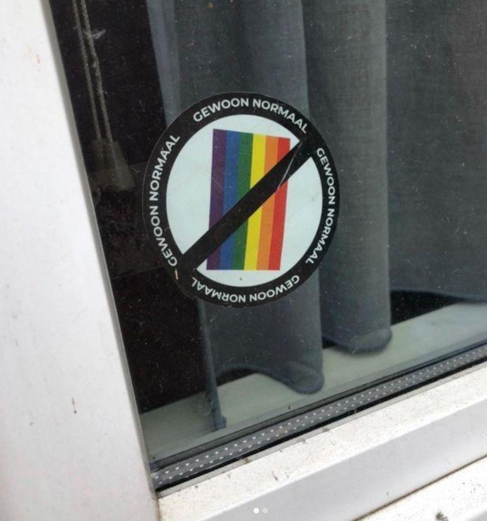 Uit een Instagrampost van activiste Fleur Pierets blijkt dat er stickers met 'Gewoon Normaal' op ramen van huizen in Antwerpen geplakt werden.