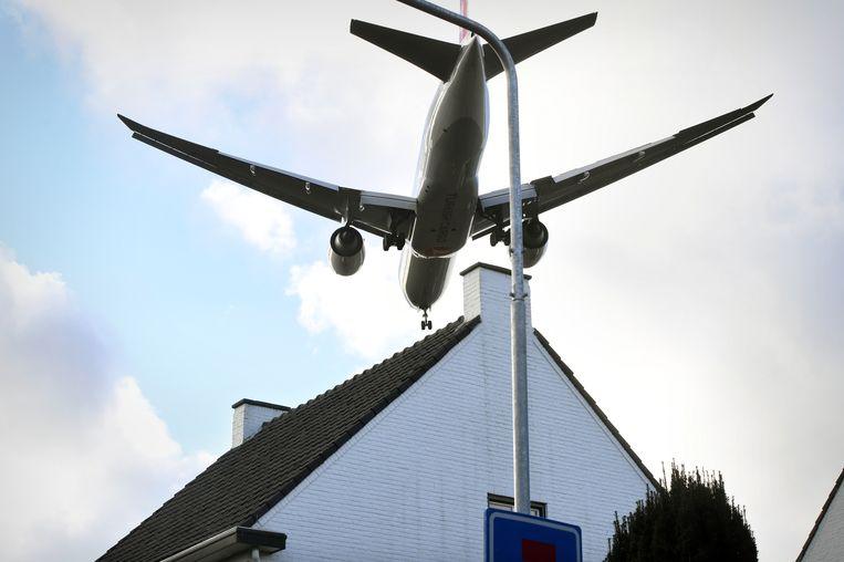 Een vliegtuig dat gaat landen op Maastricht Aachen Airport, laag over de huizen van Geverik. Beeld Marcel van den Bergh