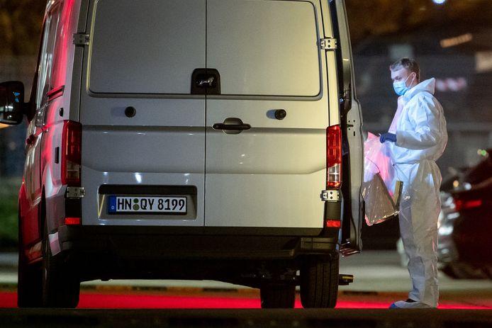 Een forensische speurder met bewijsmateriaal bij het Lidl-hoofdkantoor.