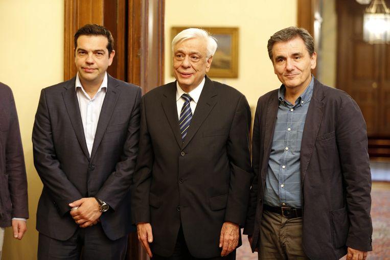 Tsakalotos (r.) bij de eedaflegging met premier Tsipras (l.) en de Griekse president Prokopis Pavlopoulos. Beeld EPA