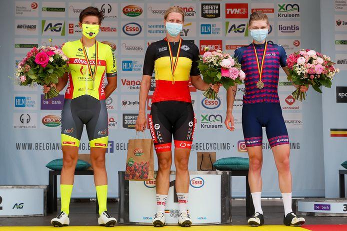 Lien Lanssens (links) flankeerde op het BK-podium voor niet UCI-rensters kampioene Ellen Van Loy en Nathalie Verschelden.