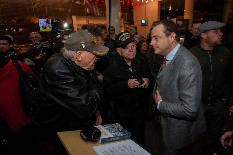 Burgemeester Bart De Wever in gesprek met enkele aanwezigen.