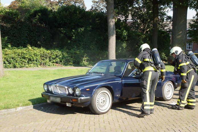 Motor van klassieke Jaguar vliegt in brand in Waalwijk.