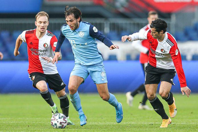 Joris van Overeem (m) probeert Mark Diemers (l) en Joao Teixeira van zich af te schudden tijdens Feyenoord - FC Utrecht, in november vorig jaar.