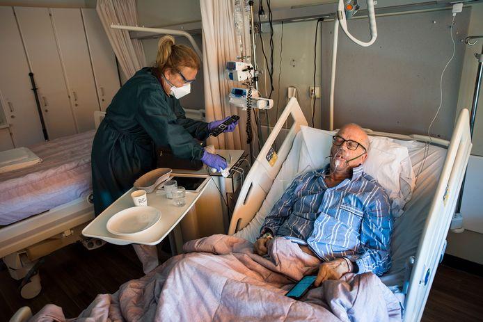 Coronapatiënt Bram Belder (68) ligt sinds enkele dagen op de coronaverpleegafdeling. Terwijl daar 's ochtends nog plek is, stromen de bedden in de loop van de dag langzaam voller.