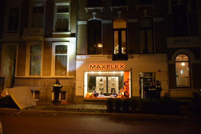 Agenten onderzoeken de val van een vrouw uit haar woning in de Van Welderenstraat in het centrum van Nijmegen. De vrouw raakte zwaar gewond.