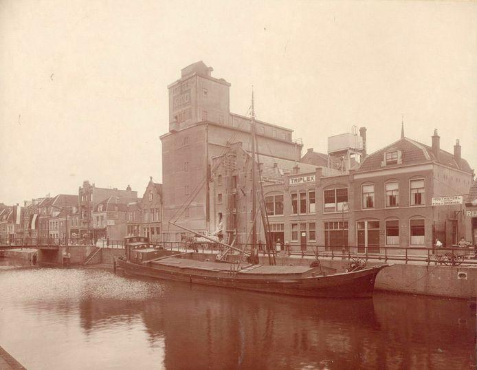 De Zeedijk rond 1925. Links de meelfabriek De Korenschoof en de eerste panden van houthandel Jongeneel.