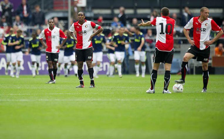 Jerson Cabral, Kelvin Leerdam, Georginio Wijnaldum en Leroy Fervan (vlnr) Feyenoord lopen teleurgesteld van het veld. Beeld