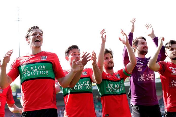 NEC-verdediger Josef Kvida (links) viert de overwinning op RKC met het publiek.
