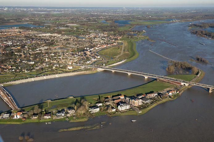 De Waal bij Nijmegen vanuit de lucht.