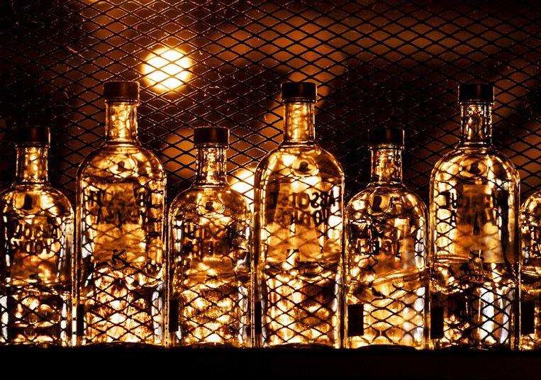 Door de verplichte sluitingen van nachtclubs, bars, cafés en restaurants is het alcoholverbruik teruggelopen. Wel wordt er meer thuis gedronken.  Beeld ANP