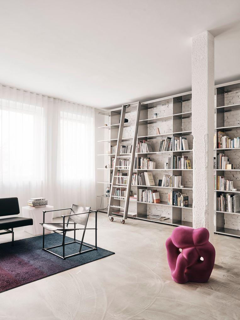 'We dachten dat we met onze boekencollectie al een kleine bibliotheek konden vullen, maar in deze gigantische wandkast van Phil Procter is er zeker nog plek voor meer.' Beeld Christoffer Regild/Living Inside.