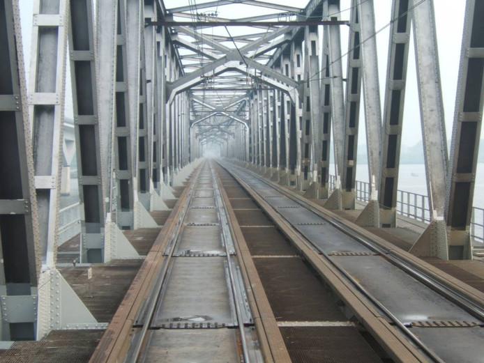 """Het spoor van de Moerdijkbrug. """"Bij de aanleg was iedereen het er over eens dat deze techniek stand zou houden. Dat is dus niet het geval."""" FOTO wikipedia"""