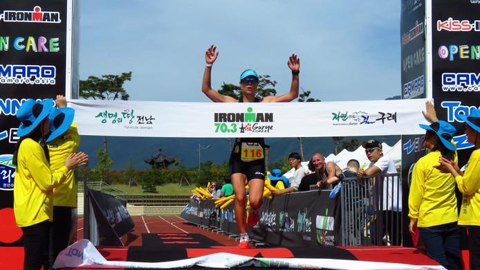 Moniek van Helden wint de halve triatlon in het Zuid-Koreaanse Gurye.