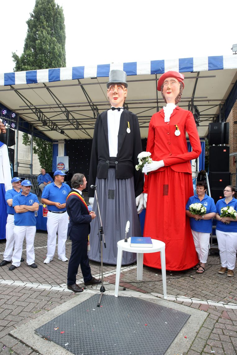 Reuzen Romeo en Juliette werden in de echt verbonden door burgemeester Dirk Pieters in 2016. Nu volgt een kerkelijke trouw.