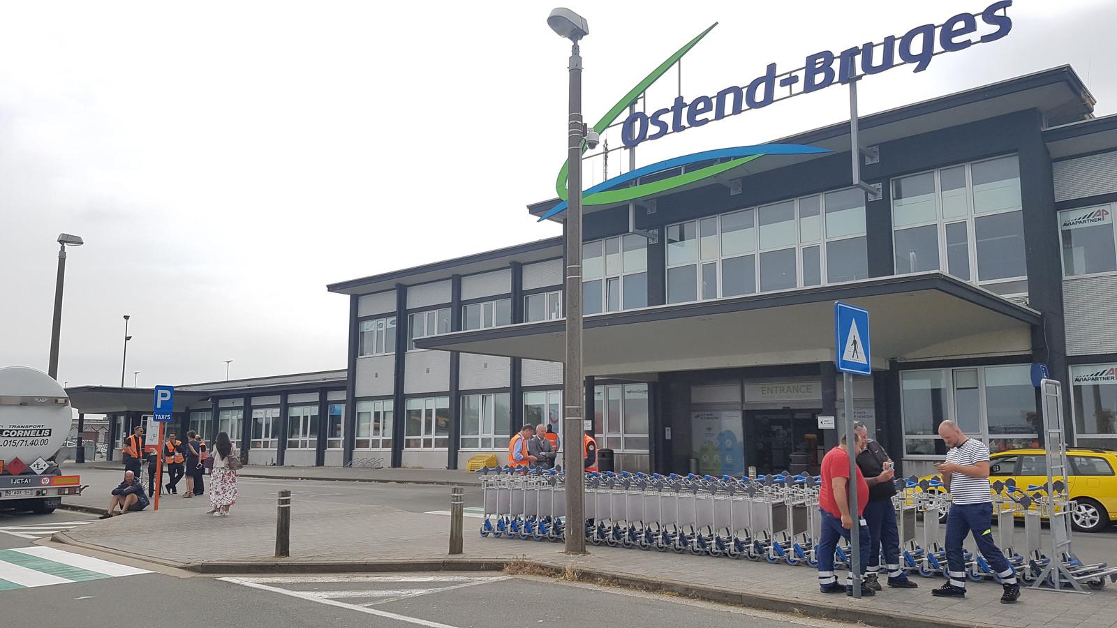 Het personeel van de Oostendse luchthaven moet buiten postvatten. Twee van de drie gebouwen zijn ontruimd wegens de ontmanteling van een obus.