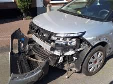 Auto rijdt door na ongeval in Woerden