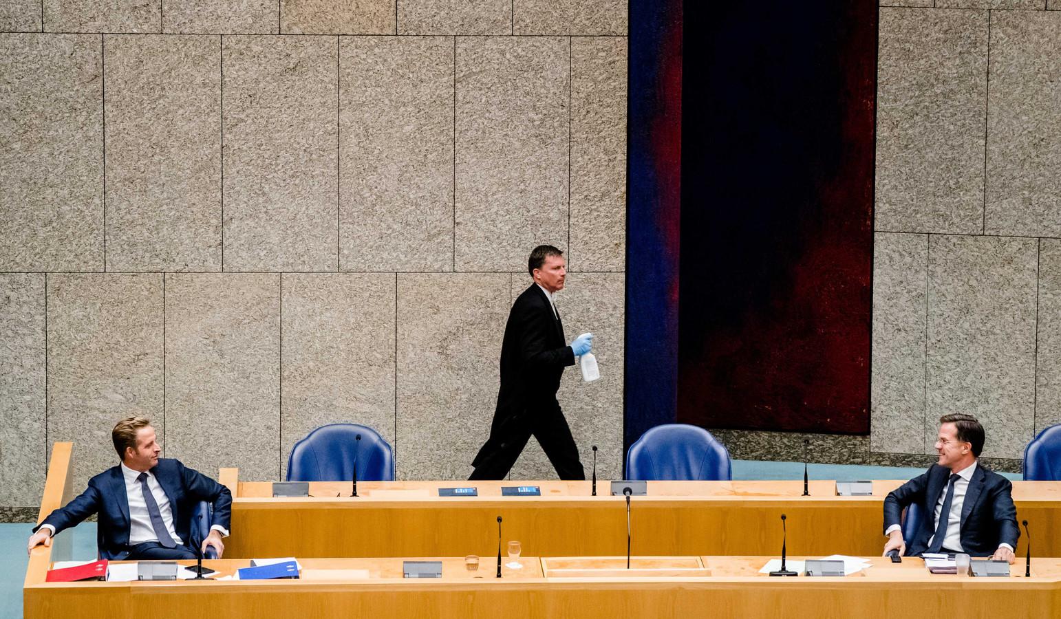 Door de coronamaatregelen moeten premier Rutte en minister De Jonge tijdens het Kamerdebat ver uit elkaar zitten en worden microfoons en spreekgestoelte na elke spreker gedesinfecteerd.