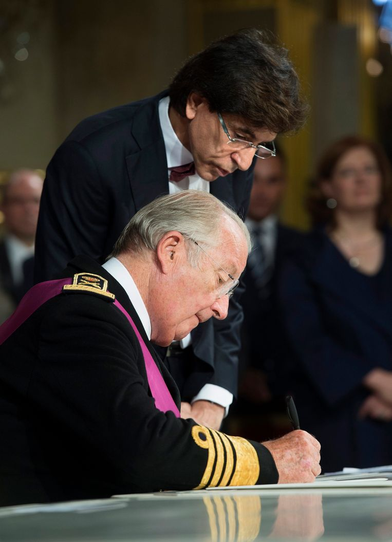 epa03795630 A handout picture provided by the Belgian Prime Minister Chancellery on 21 July 2013 shows King Albert II of Belgium (front) signing the deed of abdication as Belgian Prime Minister Elio Di Rupo (back) looks on during the Abdication ceremony held at the Royal Palace, in Brussels, Belgium, 21 July 2013.. King Albert II of Belgium in an official act on 21 July signed his abdication to leave the Belgian throne to his son who became King Philippe of Belgium.  EPA/BENOIT DOPPAGNE / PRIME MINISTER CHANCELLERY / HO MANDATORY CREDIT: CHANCELLERIE DU PREMIER / KANSELARIJ VAN DE PREMIER / BENOIT DOPPAGNE / EDITORIAL USE ONLY /  NOT FOR SALE FOR MARKETING OR ADVERTISING CAMPAIGNS HANDOUT Beeld EPA